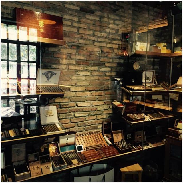 SIQAR humidor Saigon Cuban cigars